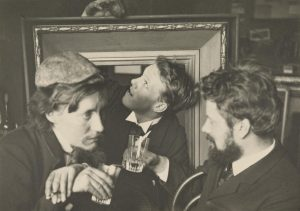 The Tachtigers (to the left: Willem Kloos) raise their glasses. Perhaps with Haantjesbier.