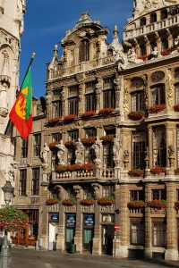 Le Renard on the Grand-Place in Brussels, which was attacked by an agry mob. Source: Wikimedia Commons, EmDee